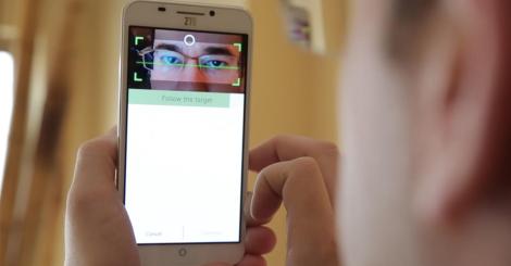 El dispositivo utiliza una cámara LED infrarroja para verificar el patrón de nervio ocular único.