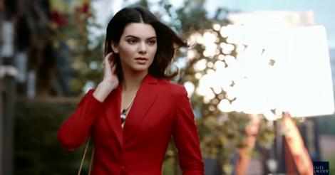 La pequeña hermana de las Kardashian aparece en el nuevo spot de la marca.