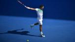 El tenista suizo Roger Federer efectúa un golpe de revés en un momento de su partido de cuartos de final del Abierto de Australia contra el checo Tomas Berdych, el 26 de enero de 2016 en Melbourne. AFP / Peter Parks