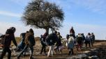 Un grupo de migrantes camina tras cruzar la frontera de Macedonia a Serbia, cerca del pueblo de Miratovac, el 25 de enero de 2016. AFP / Armend Nimani