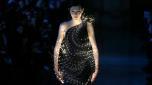 Una modelo muestra una creación de Yiqing Yin para la colección de alta costura primavera verano de 2016, en París el 26 de enero de 2016. AFP / François Guillot