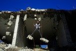 Un palestino, juega junto a otros entre las ruinas de un edificio destruido en la guerra de 2014 entre Israel y los militantes de Hamás, en la ciudad de Gaza, el 16 de febrero de 2016. AFP/Mohammed Abed